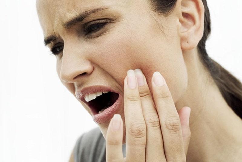 Theo y học phương Đông, đau nhức răng xảy ra phong nhiệt và thận âm hư suy