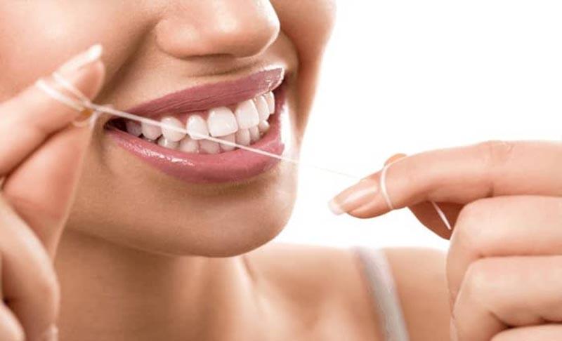Sử dụng chỉ nha khoa giúp loại bỏ tối đa các mảng bám ở kẽ răng