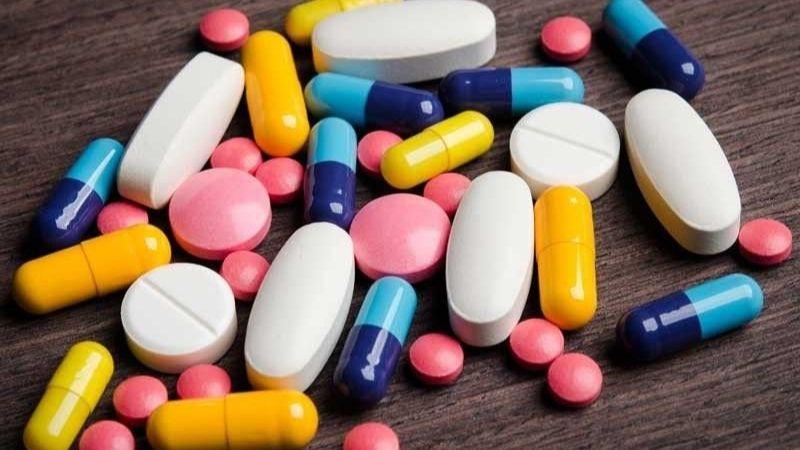 Uống thuốc giảm sưng đau và lấy tủy răng